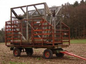 Une cage-piège sur une remorque agricole