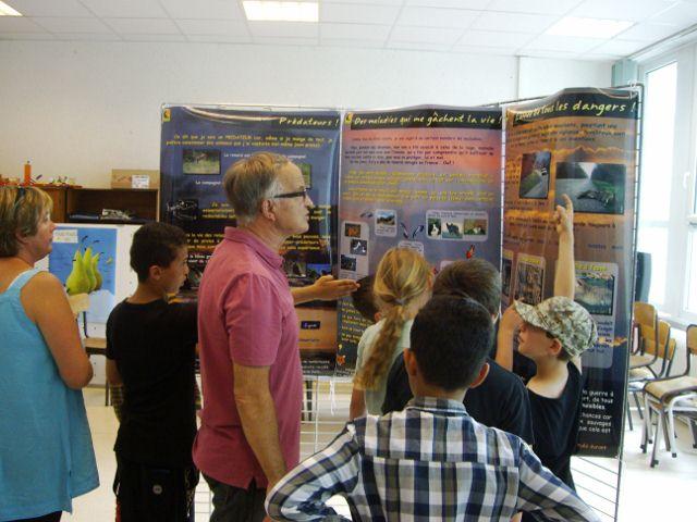 Des enfants attentifs aux explications concernant la faune sauvage vivante.
