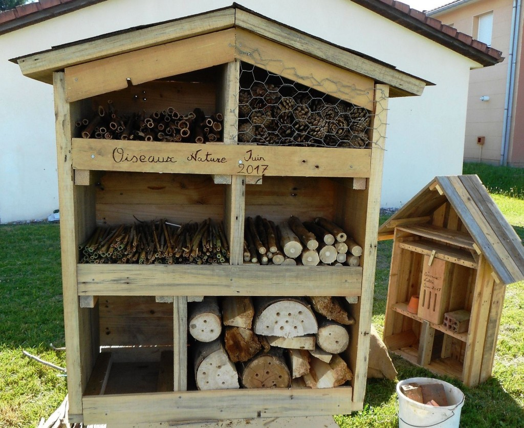...les modules sont remplis par les matériaux adéquates afin de proposer un nid douillé aux différentes espèces d'insectes
