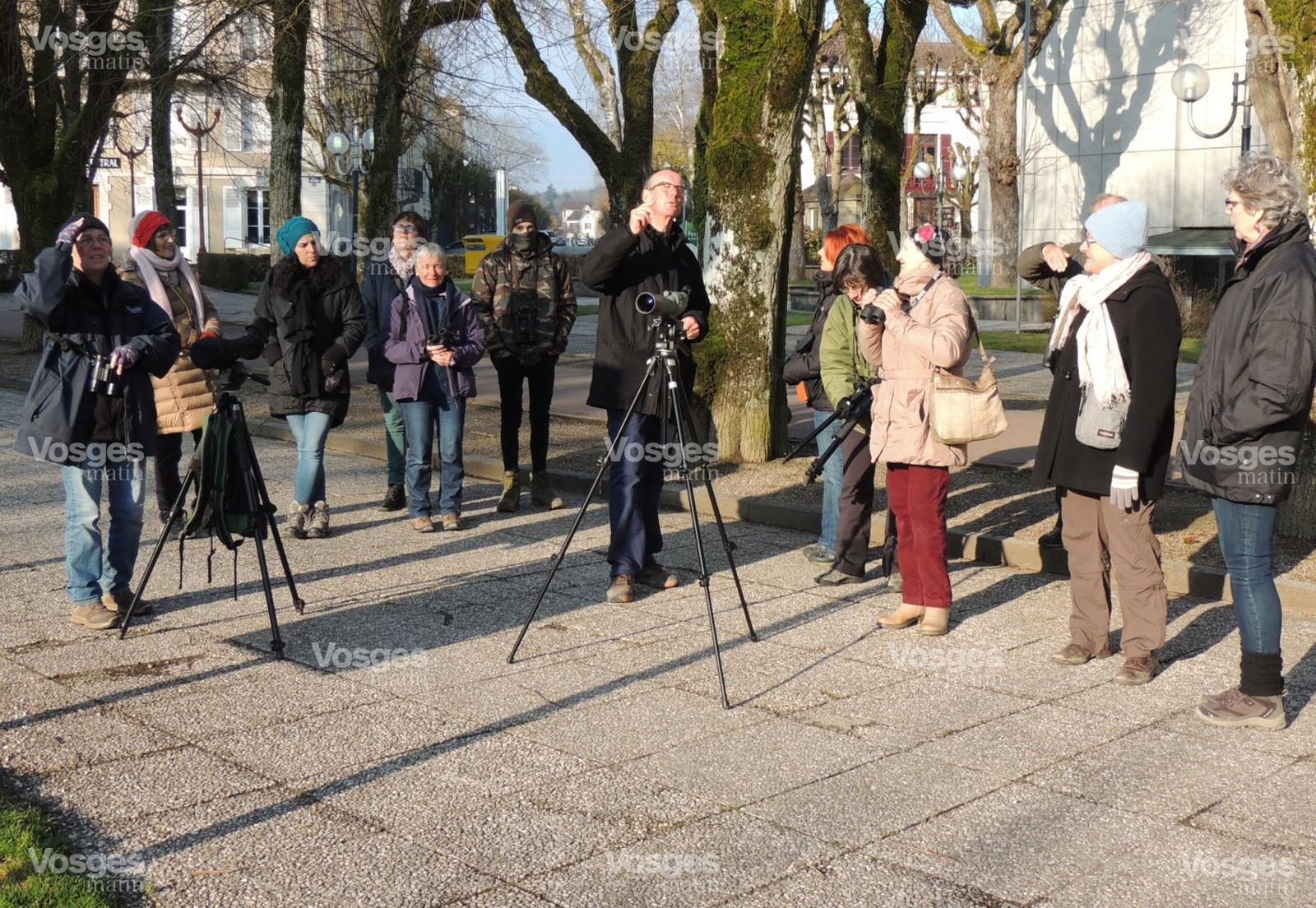 Les promeneurs se sont montrés attentifs aux explications de Michel Pierrat (au centre) membre de l'Association Oiseaux Nature - Photo Vosges Matin - sortie nature